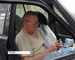 Поки був у лікарні – залишився без прописки: чому пенсіонер з інвалідністю змушений жити в машині (ВІДЕО). безхатько, машина, пенсіонер, прописка, інвалідність, car, outdoor, land vehicle, car mirror, person, bus, mirror, vehicle, auto part, window. A person driving a car