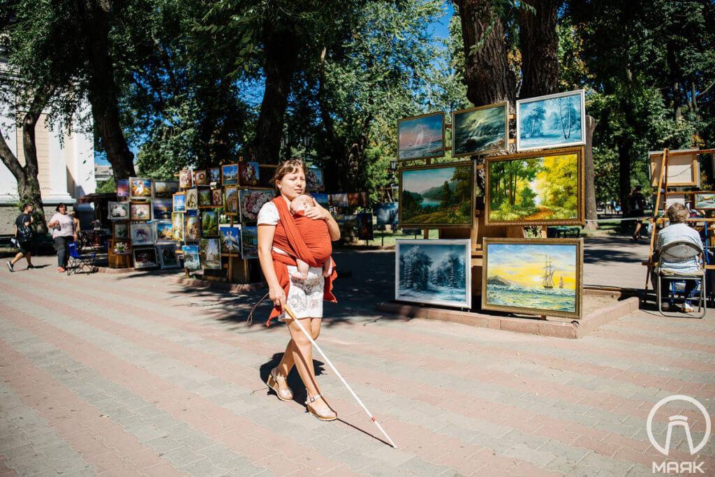 «Я могу все сделать сама», — вдохновляющая история незрячей девушки из Одессы. барьер, зрение, инвалидность, незрячий, особенность, tree, outdoor, street, footwear, dog, clothing, person, way, sidewalk. A man and a woman walking down a street