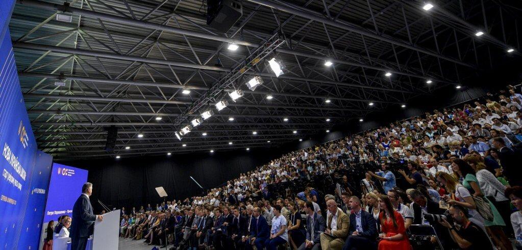 Інклюзивна освіта – іспит країни, щоб бути європейською і цивілізованою – Президент перед освітянами. петро порошенко, виступ, конференція, особливими освітніми потребами, інклюзивна освіта, ceiling, person, indoor, people, crowd, group, watching, auditorium. A group of people standing on a stage with a crowd watching