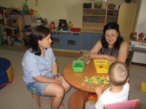 Відділення комплексної реабілітації дітей з інвалідністю запрошує дітей з інвалідністю та дітей віком до трьох років, які належать до групи ризику щодо отримання інвалідності, для проходження реабілітації. южноукраїнськ, діагностика, обстеження, раннє втручання, інвалідність