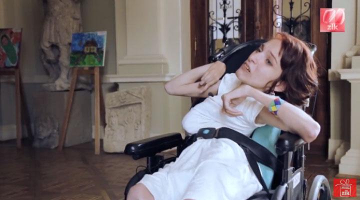 Оля Драган: Від самого дитинства я знала, що не така, як всі (ВІДЕО). дцп, оля драган, талант, хвороба, інвалідний візок, person, indoor, wedding dress, kiss, bride, dress. A little girl is talking on the phone