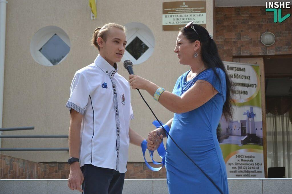 «Право на полноценную жизнь» — в Николаеве стартовал специальный проект для семей, которые воспитывают детей с особыми потребностями (ФОТО). николаев, инвалидность, поддержка, проект, семья, person, athletic game, sport, clothing, smile. A person holding a sign