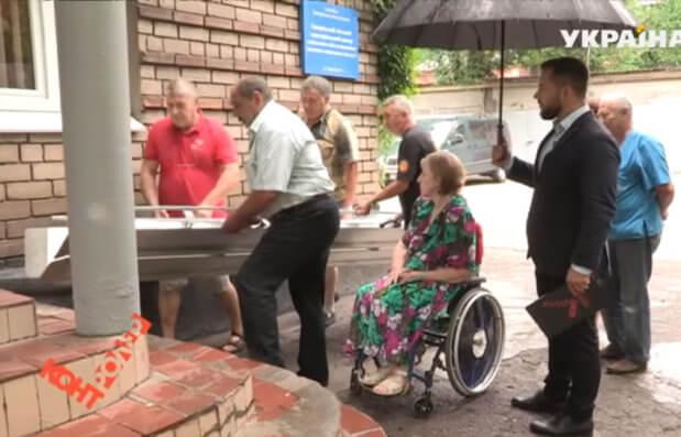 Как в Запорожье опекаются проблемами людей с инвалидностью: впервые за четыре года запорожанка вышла из собственной квартиры. запорожье, доступ, инвалидность, пандус, травма