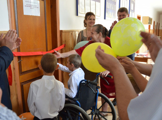 Для особливих дітей Старовижівщини відкрили інклюзивно-ресурсний центр (ФОТО). адаптація, особливими освітніми потребами, смт стара вижівка, суспільство, інклюзивно-ресурсний центр, person, balloon, clothing, toddler. A group of people around each other