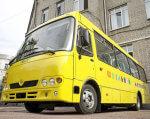 Житомирщина вперше закупила спеціалізований шкільний автобус для дітей з особливими потребами (ФОТО). житомирщина, пандус, школяр, шкільний автобус, інвалідний візок, building, outdoor, yellow, road, transport, bus, land vehicle, vehicle, parked, van. A yellow bus is parked on the side of a building