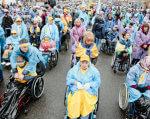 «Про які пандуси ми говоримо, коли я в туалет без допомоги сходити не можу». В Києві відбувся марш за права людей з інвалідністю (ФОТО). київ, конвенція оон, марш, ратифікація, інвалідність, wheel, person, bicycle, land vehicle, wheelchair, bicycle wheel, vehicle, clothing, group, tire. A group of people riding on the back of a bicycle