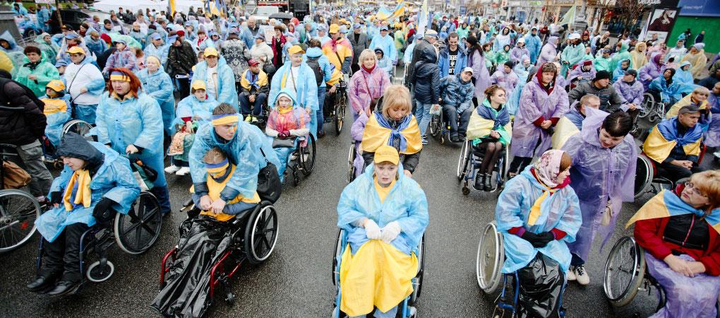 «Про які пандуси ми говоримо, коли я в туалет без допомоги сходити не можу». В Києві відбувся марш за права людей з інвалідністю (ФОТО)