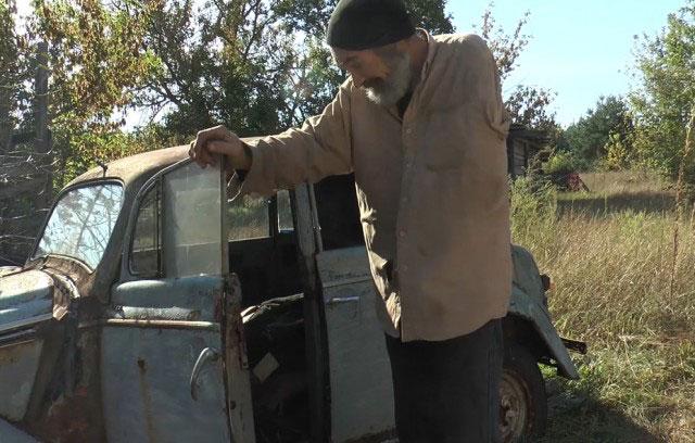 У селі Зачепилівка чоловік однією рукою ремонтує автівки та керує мотоциклом (ВІДЕО)