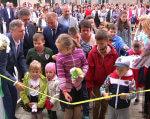 Інклюзивно-ресурсний центр для дітей з особливими освітніми потребами відкрили у Шумську (ВІДЕО). ірц, шумськ, відкриття, освітня послуга, особливими освітніми потребами, person, clothing, boy, human face, toddler, smile, man, people, group, girl. A group of people standing in front of a crowd