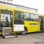 Світлина. Житомирщина вперше закупила спеціалізований шкільний автобус для дітей з особливими потребами. Безбар'ерність, інвалідний візок, пандус, Житомирщина, школяр, шкільний автобус