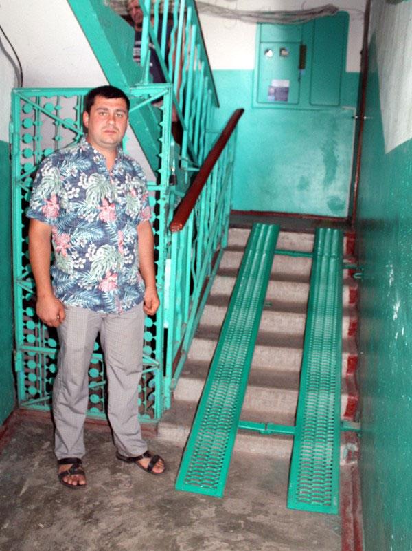 Украинский предприниматель делает необычные пандусы, позволяя колясочникам выбраться из дома. андрей говоруха, кременчуг, инвалидность, пандус, предприниматель, person, clothing, floor, smile, jeans, footwear, fashion, trousers. A person standing in a room