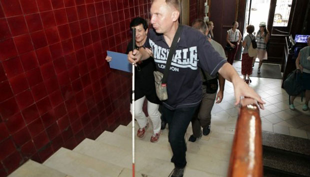 ІнклюзіОН: у Харкові представили аудіогіди, розраховані на незрячих (ФОТО). харків, аудіогід, музей, незрячий, інвалідність, indoor, floor, person, clothing, footwear, man. A person standing in a room