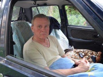 Лучанина, який жив у машині, прилаштують у притулок від церкви. георгій назарчук, квартира, машина, притулок, інвалід, car, person, land vehicle, vehicle, seat, auto part, luggage compartment, car seat, van. A person driving a car