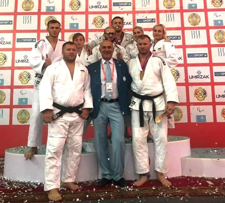 Дзюдоїсти повертаються в Україну з 6 високими нагородами кубку світу. кубок світу, дзюдо, команда, нагорода, порушення зору, person, clothing, posing, man, standing, group, martial art, judo, smile. A group of people posing for a photo