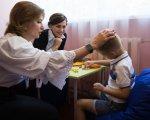 Донецька область долучилася до проекту Марини Порошенко з розвитку інклюзивної освіти. донецька область, марина порошенко, меморандум, особливими освітніми потребами, інклюзивна освіта, person, clothing, indoor, human face, smile. A group of people around a table