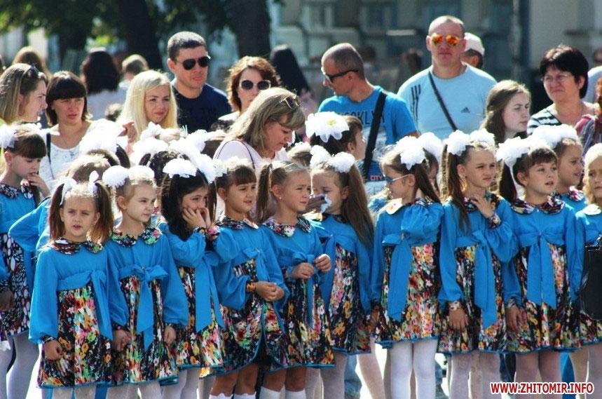На фестивалі толерантності у Житомирі показали мюзикл «Безмежна мрія в маленькому серці». житомир, мюзикл, толерантність, фестиваль, інвалідність, person, clothing, outdoor, group, smile, people, girl, team, crowd, gathered. A group of people standing in front of a crowd