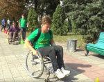 У Полтаві студенти змагалися на інвалідних візках (ВІДЕО). полтава, змагання, студент, толерантність, інвалідний візок, outdoor, ground, tree, bench, park, person, bicycle wheel, wheelchair, green, bicycle. A person sitting on a bench in a park