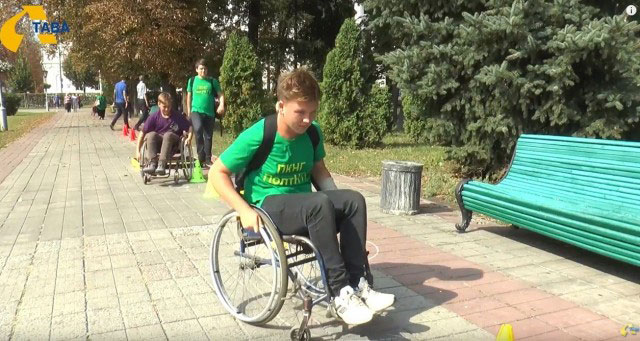 У Полтаві студенти змагалися на інвалідних візках (ВІДЕО)