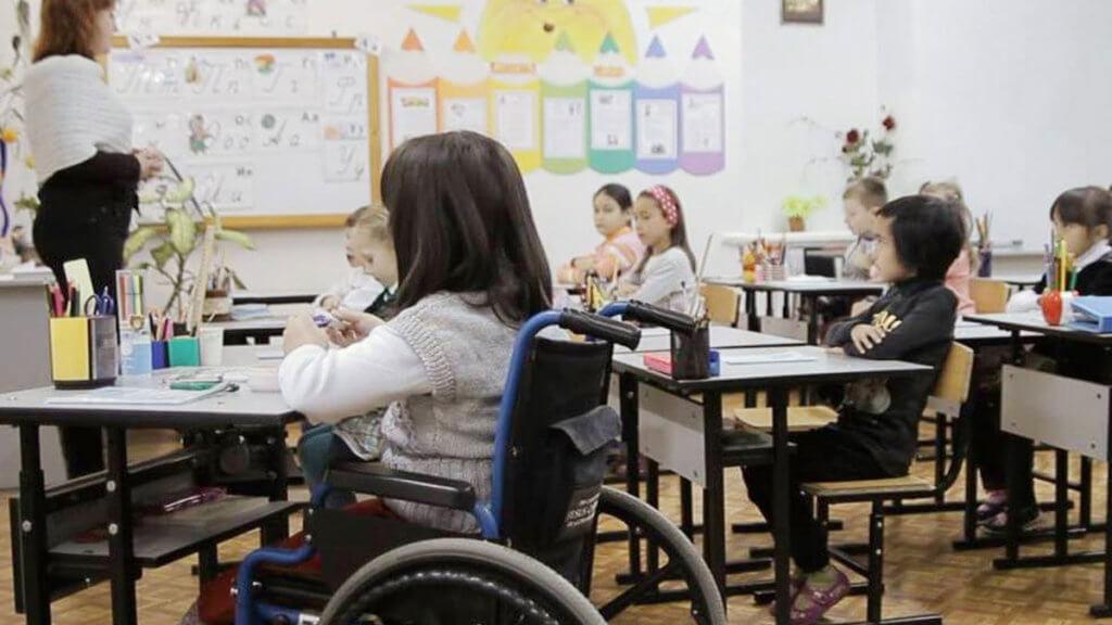 Мелитопольцы об инклюзивном образовании. инвалидность, инклюзивное образование, инклюзия, соціалізація, інтеграція, person, indoor, classroom, furniture, table, clothing, chair, whiteboard, girl, desk. A group of people sitting at a table