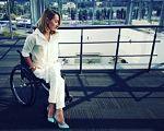 Ірина Орловська: «Щоб наблизити своє життя з інвалідністю до нормального, я завжди маю план Б, а то і В». ірина орловська, доступність, працевлаштування, травма, інвалідність, person, outdoor, woman, clothing, bicycle. A woman holding a bicycle