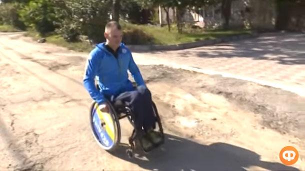 Квартира є – ніяк не віддають: паралімпієць в Миколаєві 4 роки чекає на житло (ВІДЕО). максим яровий, квартира, паралимпиец, спортсмен, чемпион, outdoor, ground, tree, person, wheel, land vehicle, dirt, wheelchair, motorcycle, helmet. A man riding a motorcycle down a dirt road