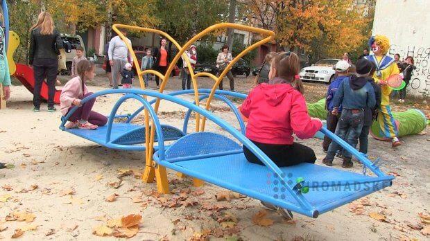 У Полтаві відкрили інклюзивний дитячий майданчик. полтава, дитина, дитячий майданчик, нерозуміння, інклюзія