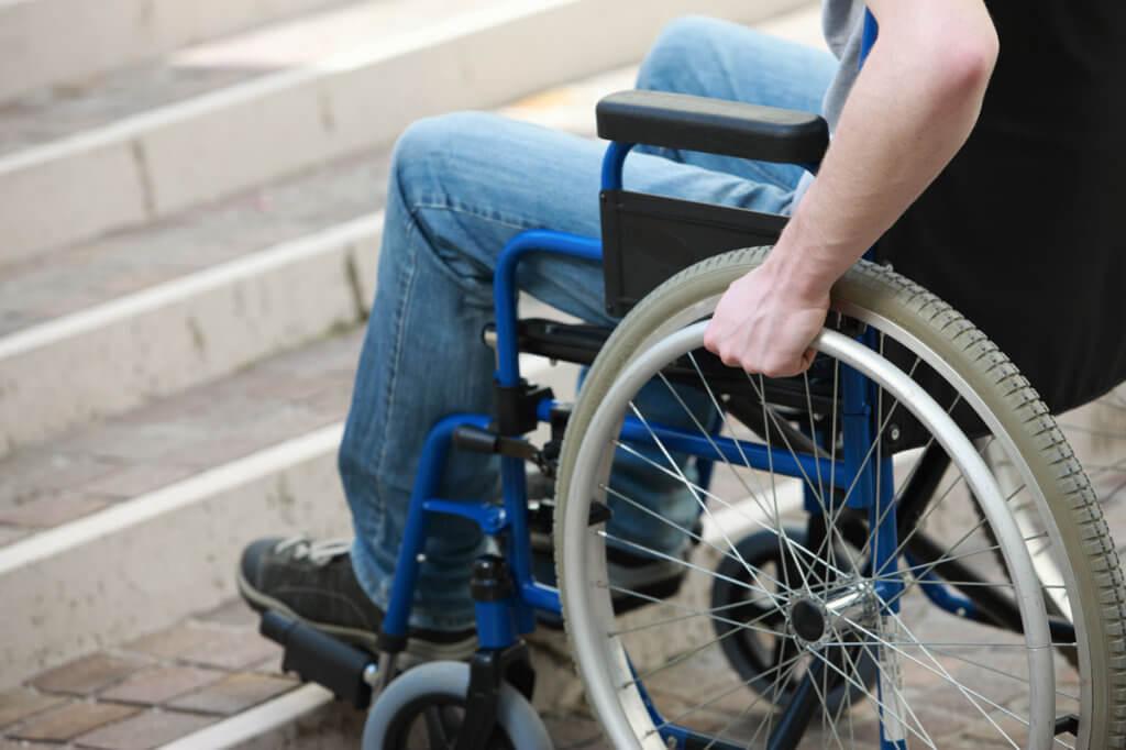 Єдиний соціальний простір гуртує суспільство. доступність, засідання, співпраця, суспільство, інвалідність, bicycle, wheel, bicycle wheel, ground, furniture, outdoor, person, tire, seat, chair. A person sitting on a bicycle seat