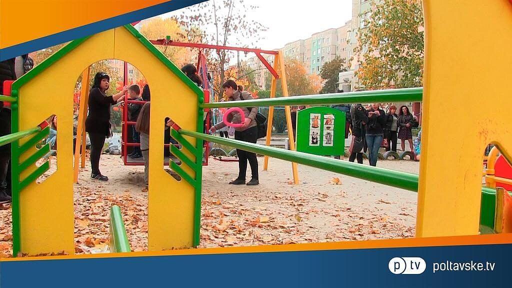 У Полтаві відкрили інклюзивний дитячий майданчик (ВІДЕО). полтава, дитина, дитячий майданчик, нерозуміння, інклюзія, person, outdoor object, playground
