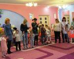 В Краматорске открыли две группы для детей с особыми потребностями (ФОТО). краматорськ, группа, детский сад, инвалидность, соціалізація, person, clothing, footwear, toddler, girl, boy, woman, man, child, dance. A group of people standing in a room