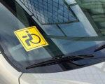 Кому можно и что дает знак на автомобиле «Инвалид за рулем». глухой водитель, инвалид за рулем, автомобіль, знак, инвалидность, car. A close up of a car