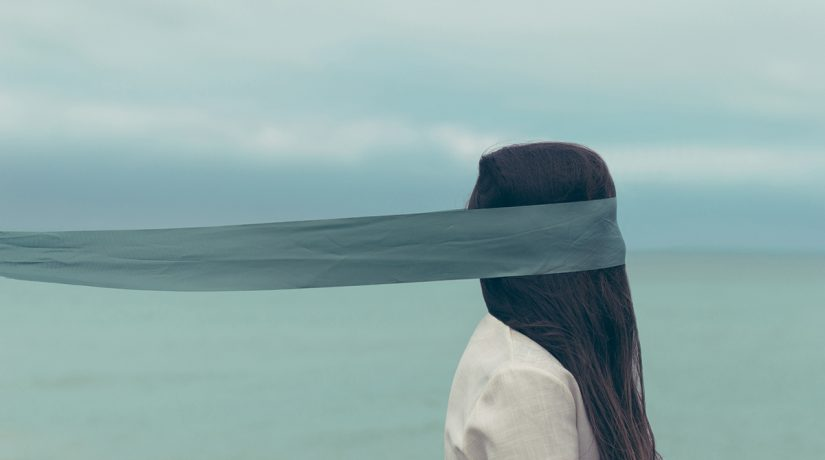 Трудоустройство слепых. инвалидность, незрячий, общество, слабовидящий, слепой, sky, water, person, outdoor. A person standing in front of a body of water