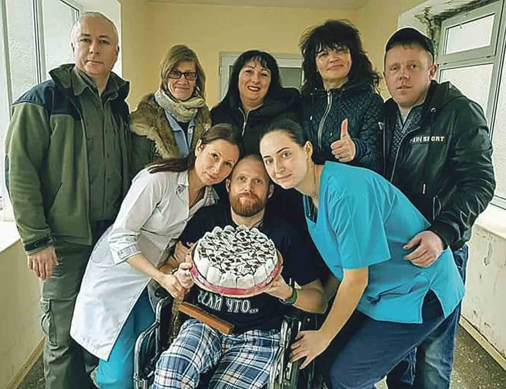Поранений атовець з Вінниччини знайшов дружину в шпиталі. андрій сальник, атовець, поранений, розвідник, інвалідність, person, human face, clothing, posing, group, indoor, smile, people, man. A group of people posing for a photo