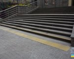 ВРП забезпечила необхідні умови доступу до будівлі для осіб з інвалідністю та інших маломобільних груп населення. врп, київ, будівля, доступність, інвалідність, outdoor, stairs, step. A bench in front of a building