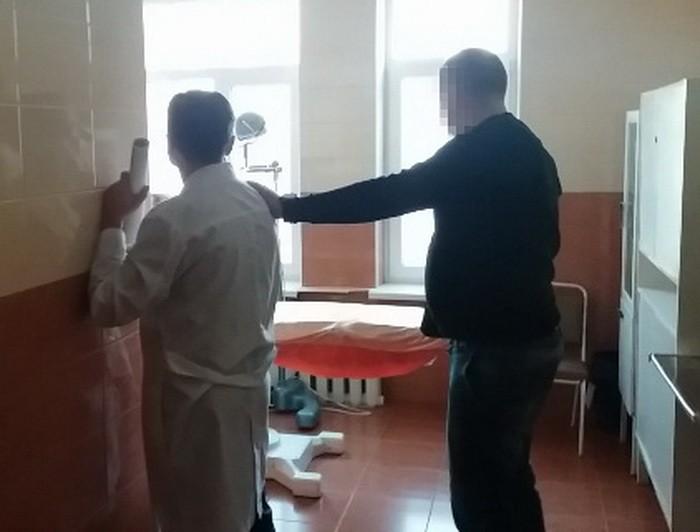 СБУ затримала на хабарі лікаря одного із медичних закладів Вінниці. вінниця, лікар, неправомірна вигода, хабар, інвалідність, person, indoor, wall, floor, man, clothing, standing, furniture, window, table. A man standing in a room