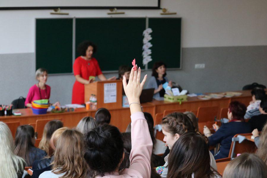 Експерти з України та США вчили франківських педагогів працювати з інклюзивними учнями. івано-франківськ, експерт, особливими освітніми потребами, інклюзивна освіта, інклюзія, person, indoor, human face, wall, clothing, woman, group, education, classroom, class. A group of people in a room