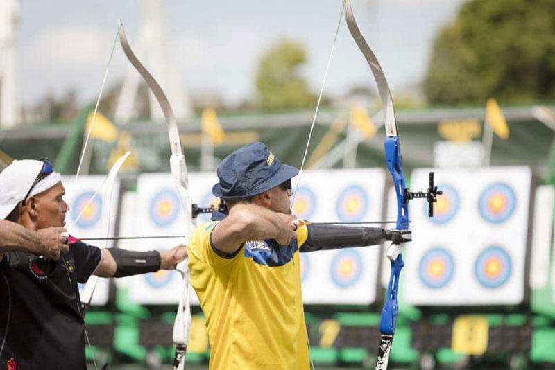 Військовий із Буковини, який втратив руку, став переможцем на «Іграх нескорених» у Сіднеї. ігри нескорених, олександр зозуляк, ветеран ато, змагання, поранення, outdoor, person, archery, sport, player, hat, bow and arrow. A man holding a baseball bat