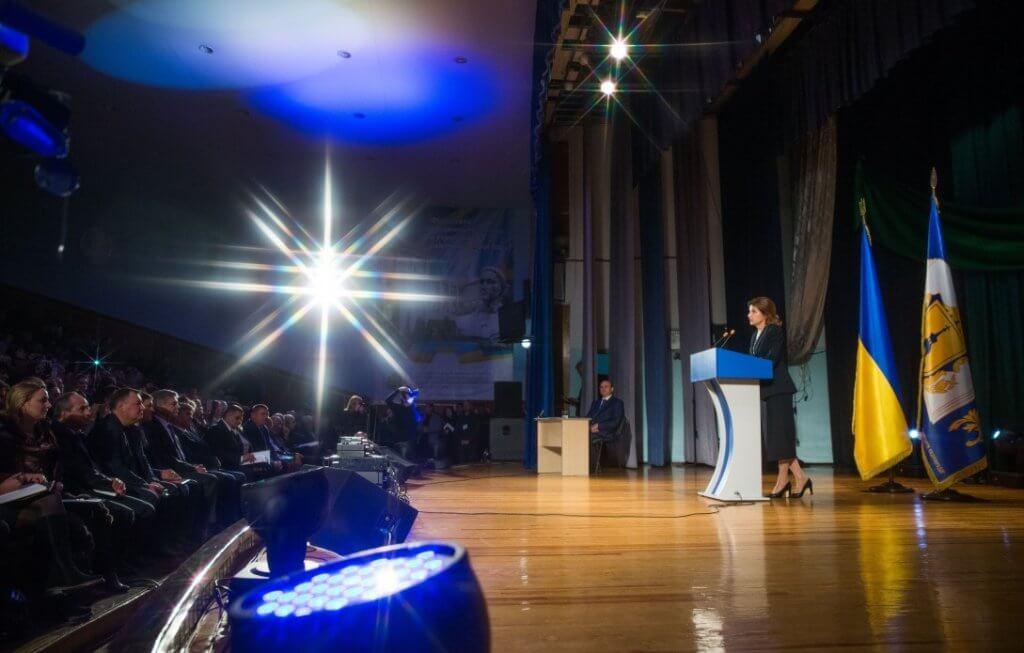 Марина Порошенко презентувала освітню програму навчальної дисципліни «Інклюзивна освіта». марина порошенко, конгрес, особливими освітніми потребами, суспільство, інклюзивна освіта, person, indoor, floor, clothing, concert. A group of people standing in a room