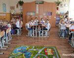 Діти стають добрішими? Як у франківських школах впроваджують інклюзивну освіту. івано-франківськ, школа, інвалідність, інклюзивна освіта, інклюзія, floor, indoor, table, furniture, person, clothing, chair, cluttered, several, dining table. A group of people sitting at a table in a room