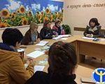 Прес-реліз: Спільна мета – працевлаштування осіб з інвалідністю. сєвєродонецьк, працевлаштування, роботодавець, центр зайнятості, інвалідність, person, classroom, clothing, woman, group, human face, academic. A group of people sitting at a table
