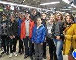 Прес-реліз: На Луганщині дітям з вадами зору показали як виготовляють шкарпетки. луганщина, вади зору, екскурсія, суспільство, інтеграція, person, clothing, smile, people, standing, posing, group, human face, jacket, jeans. A group of people posing for a photo