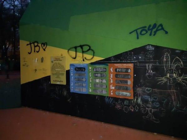 Ни стыда, ни совести: в Днепре вандалы изуродовали уникальный инклюзивный парк (ФОТО)