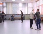 Візок чи милиці – не перешкода: курси боротьби для людей з інвалідністю у Дніпрі (ВІДЕО). дніпро, курси боротьби, самооборона, тренування, інвалідність, indoor, floor, footwear, person, clothing, people. A group of people standing in a room