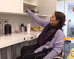 Реабілітація і  тис. від держави. Як в Ісландії живуть люди з особливими потребами (ВІДЕО). ісландія, допомога, опіка, інвалідний візок, інвалідність, person, indoor, wall, kitchen, kitchen appliance, home appliance, sink, countertop, furniture, bottle. A man and a woman standing in a kitchen