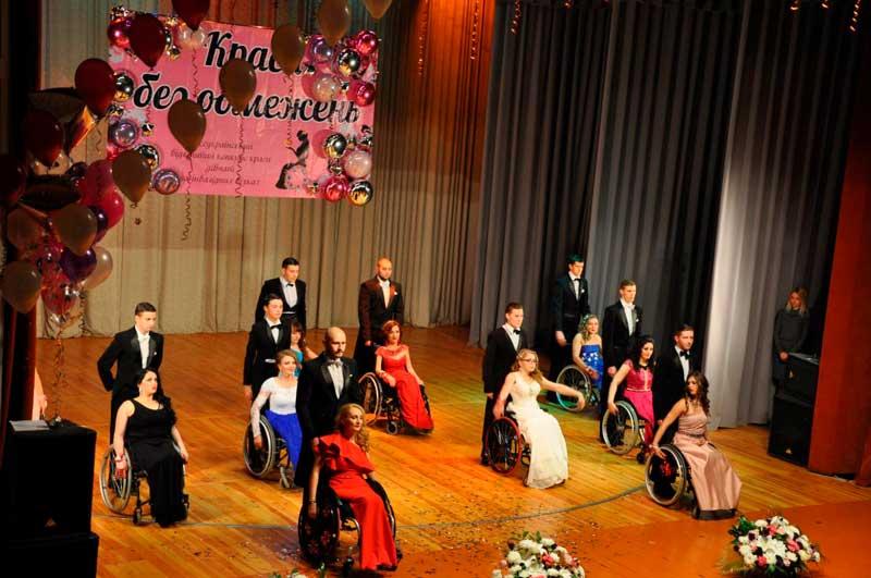 В Краматорске в течение пяти дней будут выбирать самую красивую девушку, в конкурсе «Краса без обмежень». краматорськ, краса без обмежень, инвалидность, общество, проблема, person, indoor, footwear, clothing, several. A group of people on a stage