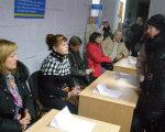 В Олександрії відбувся Ярмарок вакансій для громадян з інвалідністю. олександрія, працевлаштування, центр зайнятості, ярмарок вакансій, інвалідність, person, clothing, indoor, woman, box, human face, people, man, group, table. A group of people sitting at a table in front of a box