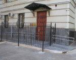 Приміщення прокуратури області максимально облаштували для осіб з інвалідністю (ФОТО). харківська область, доступність, приміщення, прокуратура, інвалідність, door, outdoor, window, gate, house. A building next to a fence