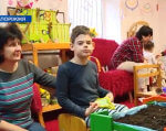 Для дітей з особливими потребами заснували проект «Гарденотерапевтичний сад для особливих людей» (ВІДЕО). запоріжжя, гарденотерапія, проект, рослина, сенсорика, person, indoor, child, toddler, clothing, boy, furniture, human face, baby, table. A group of people sitting at a table