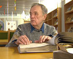 Брак книжок для незрячих: ICTV приєднався до озвучування аудіокниги (ВІДЕО). аудіокнига, бібліотека, вади зору, незрячий, озвучування, person, indoor, man, human face, clothing, book. A man sitting on a table