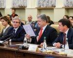 Президент: Нові державні будівельні норми мають передбачати доступність і комфортність для людей з інвалідністю. петро порошенко, доступність, нарада, універсальний дизайн, інвалідність, person, human face, clothing, indoor, man, suit, people, event, group, conference room. Valeriy Sushkevych, Petro Poroshenko sitting at a table