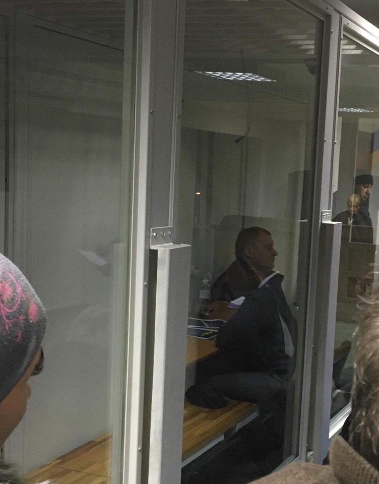 Голову центру МСЕ та лікаря-експерта заарештовано на 60 діб з правом застави у 2 млн грн для кожного. посадовець, суд, учасник ато, хабар, інвалідність, indoor, person, human face, clothing, man, mirror, door. A person sitting in front of a window